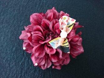 ダリアのコサージュ&髪飾り (バーガンディレッド)の画像