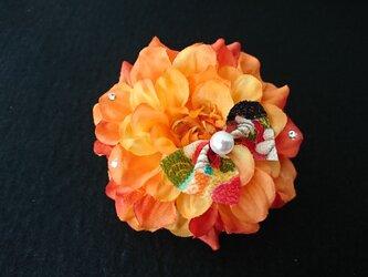 ダリアのコサージュ&髪飾り (オレンジ)の画像