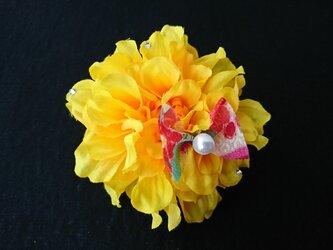 ダリアのコサージュ&髪飾り (イエロー)の画像