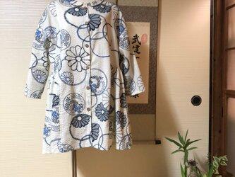 アンティーク風の菊模様(綿100%)小さな丸襟の前開きブラウスの画像