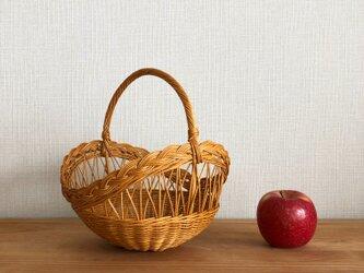 透し模様の果物かごの画像