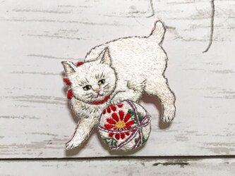手刺繍浮世絵ブローチ*高橋弘明(松亭)「毬と遊ぶ白猫、黒猫」よりの画像
