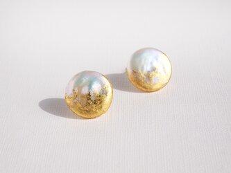 金箔とパールのスタッドピアス/moon/受注生産の画像