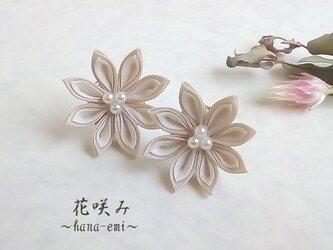 つまみ細工 一輪のお花のピアス/イヤリング 白の画像