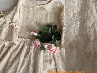 薔薇柄刺繍生地と丸襟フリルギャザーワンピースの画像