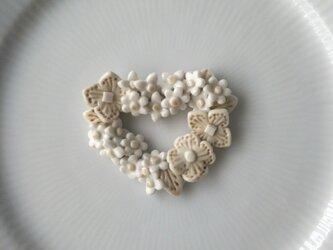 ハートの小花のリースブローチ(磁器)ベージュの画像