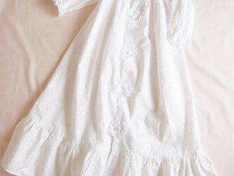 かわいいレースのベビードレス(白)の画像