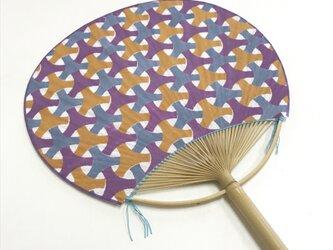 手拭い地うちわ[ 丸毘沙門 ]赤紫系の画像
