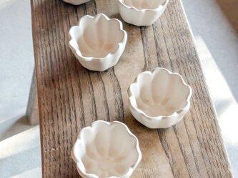 白釉 花のかたちの豆鉢の画像