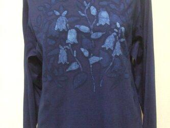 藍染・ろうけつ染めオフネックデザインTシャツ長袖・ホタルブクロの画像