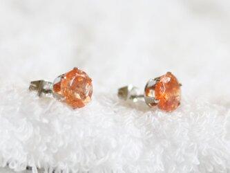 宝石質サンストーンのファセットカット・スタッドピアス(8mm・サージカルステンレス)の画像