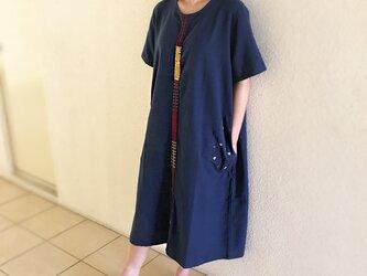 藍染め手織り綿、手挿し刺繍のゆったりワンピース、オールシーズン、草柄の画像