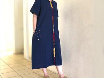 藍染め手織り綿、手挿し刺繍のゆったりワンピース、オールシーズン、ライン柄の画像