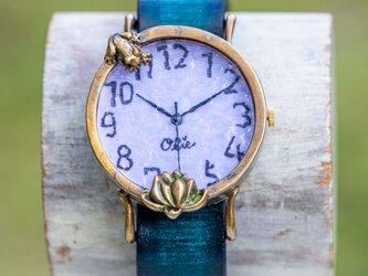 蓮を見つめる蛙腕時計Mラベンダーの画像