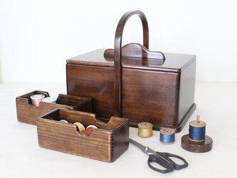 趣味の道具箱がインテリアに‼収納を綺麗に見せるアンティーク仕上げの 『ふた付きソーイングボックス』No.1929の画像