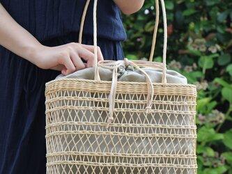 透かし編みのかごバッグ(生成り/薄茶内袋)の画像