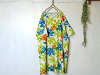 ゆったり着てね 大輪の花 ワンピース グリーン×ブルー ~ チュニック 五分袖の画像