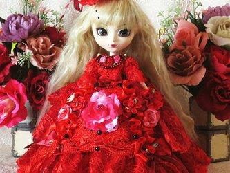 魅惑の紅の薔薇 深紅のチュールレースが艶やかなティアードプリンセスドレスの画像