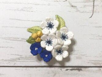花束の手刺繍ブローチの画像