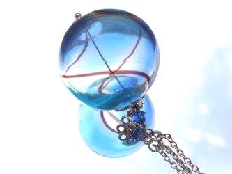 夏祭りのヨーヨーの様な水色の吹きガラスのネックレス 特大玉の画像