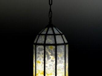 黄色いガラスのランプシェードの画像