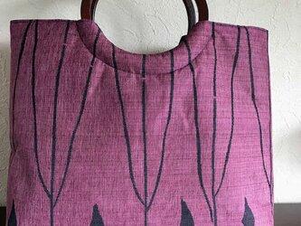 抽象幾何学模様の紬帯の手提げ 丸い木の手の画像