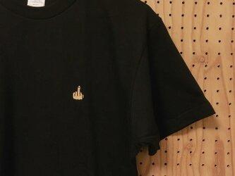 中指ワンポイント刺繍Tシャツの画像