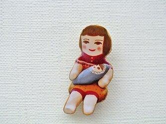 みずいろ人形を抱くひとブローチの画像