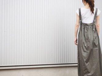 ギャザーコットンのサロペットスカート アーミーグレーの画像