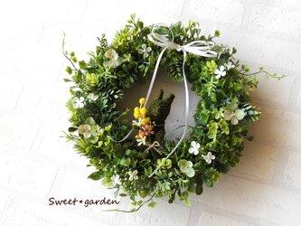 春のお花を持ったモスラビットのグリーンリース(fw106)*玄関ドアなど外にも飾れるアーティフィシャルリースの画像