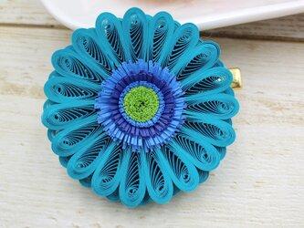 軽やか素材クイリングの華やかガーベラコサージュ(ブルー)の画像