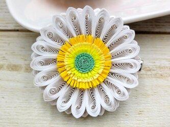 軽やか素材クイリングの華やかガーベラコサージュ(ホワイト)の画像