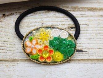 小花の刺繍みたいなクイリングのヘアアクセサリー(イエロー系)の画像