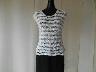 白のドライブ編みセーターの画像