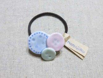 ボタンヘアゴム × ピンクの画像