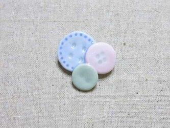 ボタンブローチ × ピンクの画像