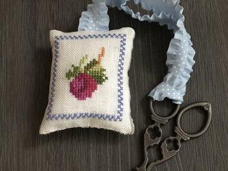 シザーキーパー付きピンクッション バラのつぼみの画像