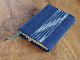 藍色手織り しまと絣ブックカバー⑦ 栞+鍵のチャーム付き 文庫本サイズ(調整できます) の画像