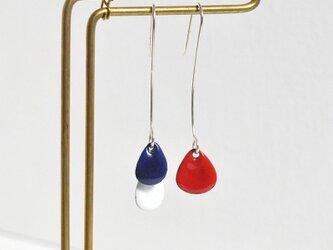 3粒ピアス ブルー、白、赤の画像