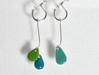 3粒イヤリング 緑、セルリアンブルー、青緑の画像