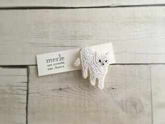 歩く白猫のブローチの画像
