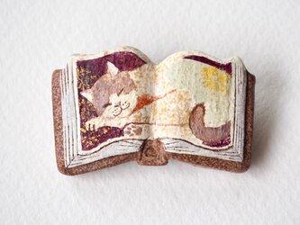 絵本みたいな陶土のブローチ《眠りハチワレ猫》の画像