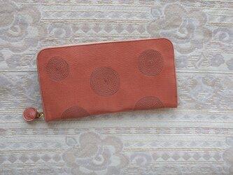 刺繍革財布『ぐるぐる』ツヤ濃ピンク×セピアグレー(ヤギ革)ラウンドファスナー型の画像