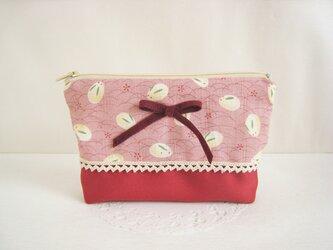 可愛いリボンを飾った雪うさぎ柄のポーチ(ピンク×赤)の画像