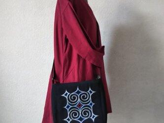 アイヌ刺繍入りショルダーバッグ(黒/銀色イメージ刺繍)の画像
