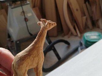 木製彫刻きりんの子の画像