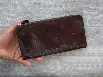 刺繍革財布「街yokonarabi」ツヤボルドー(ヤギ革)L字ファスナー型 の画像