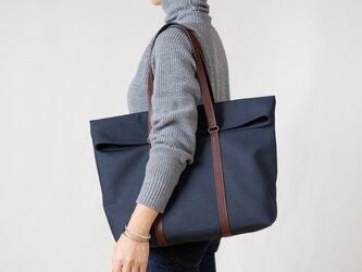 革と帆布のトートバッグ インディゴの画像