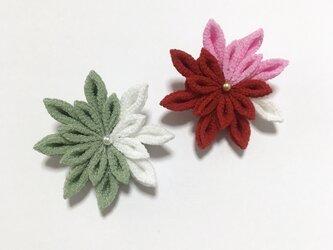 お花のブローチ【若草色・赤】の画像