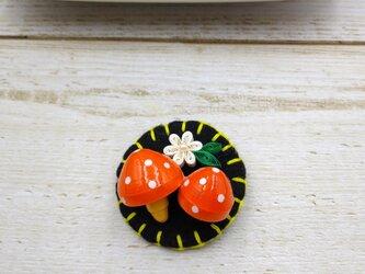 北欧チックなクイリングのカラフルきのこブローチ(オレンジ)の画像
